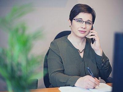 Mosolygó Marján Erzsébet portré kép telefonnal